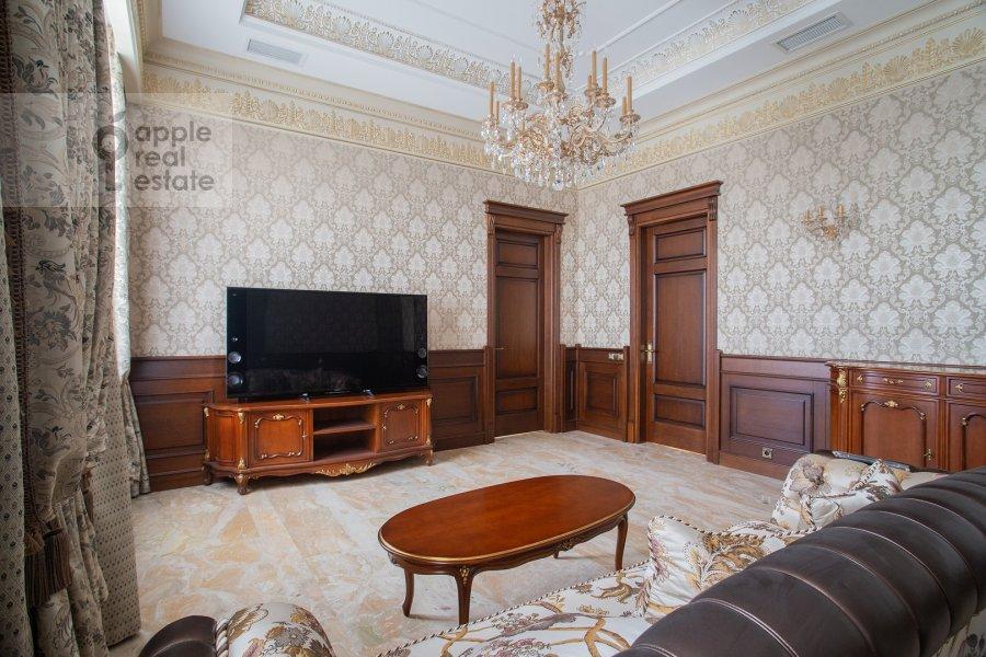 Living room of the 3-room apartment at Milyutinskiy pereulok 3