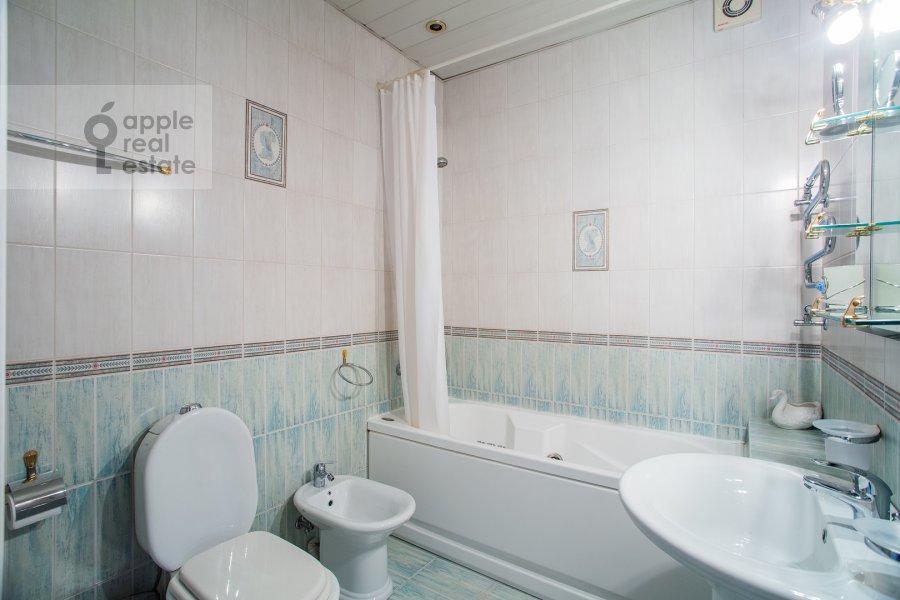 Bathroom of the 3-room apartment at Tverskaya ul. 27s2