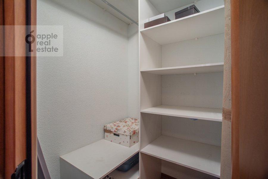 Гардеробная комната / Постирочная комната / Кладовая комната в 3-комнатной квартире по адресу Академика Анохина 4к2