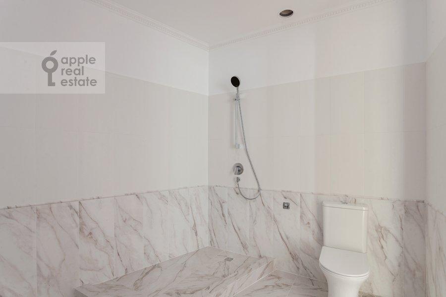 Bathroom of the 3-room apartment at Arbat 29