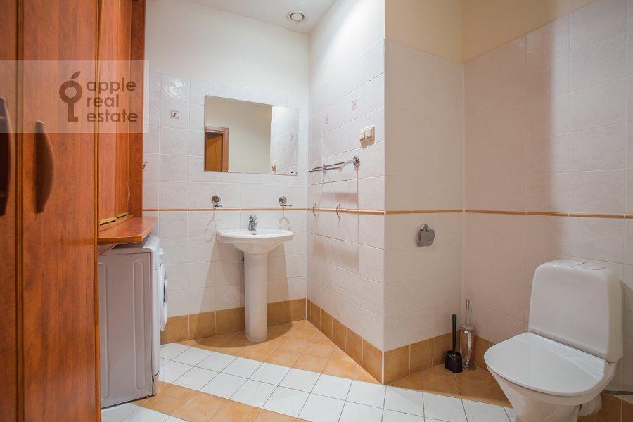 Bathroom of the 5-room apartment at Arbat Novyy ul. 29