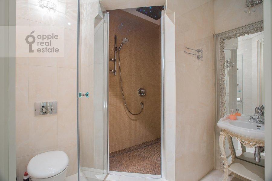 Bathroom of the 3-room apartment at Malaya Filevskaya ulitsa 40k1