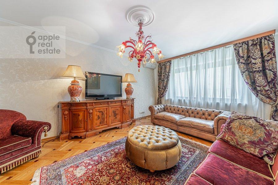 Living room of the 2-room apartment at 2-ya Tverskaya-Yamskaya ulitsa 26