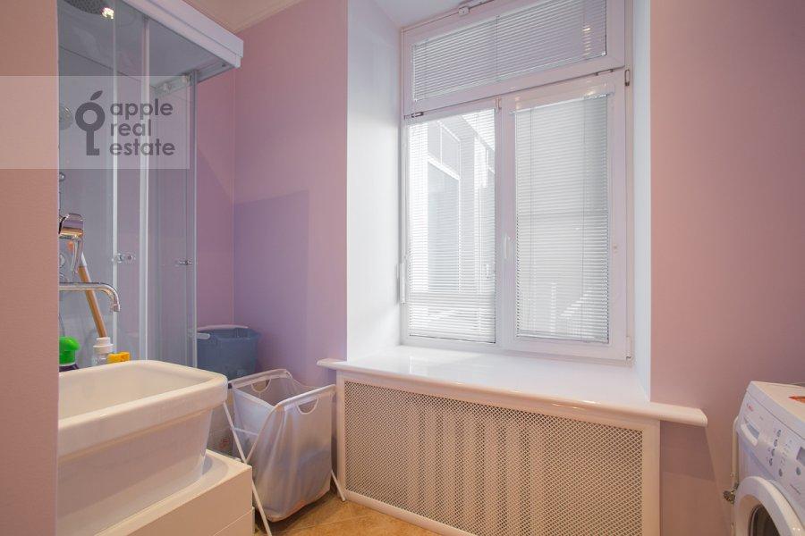 Санузел в 4-комнатной квартире по адресу Серафимовича ул. 2