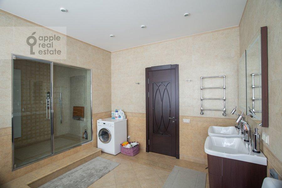 Bathroom of the 3-room apartment at Krylatskaya ulitsa 45K2