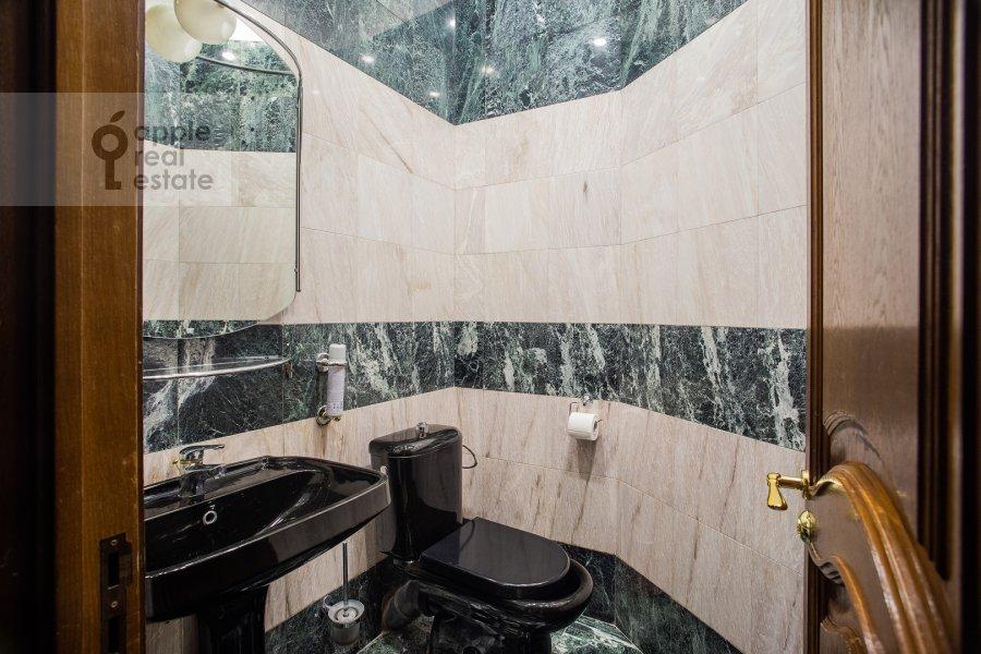 Bathroom of the 6-room apartment at Ostozhenka 3/14