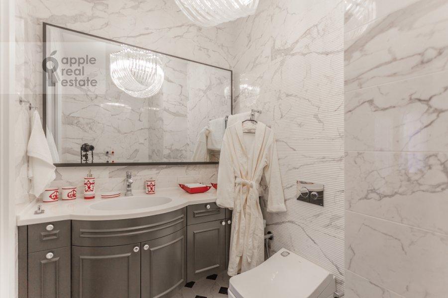 Bathroom of the 5-room apartment at Spiridonovka 18