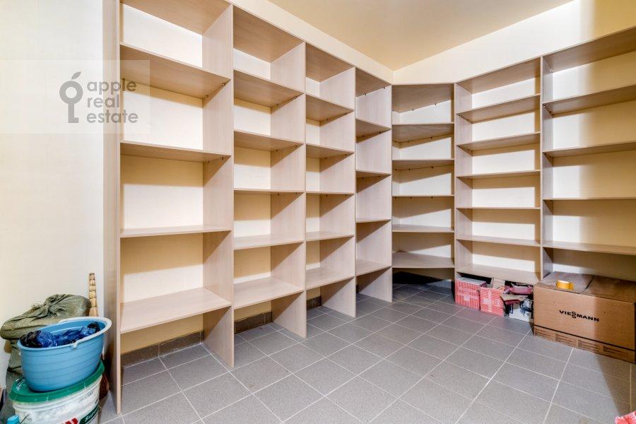 Гардеробная комната / Постирочная комната / Кладовая комната в 3-комнатной квартире по адресу жилой комплекс Ангелово-Резиденц 83