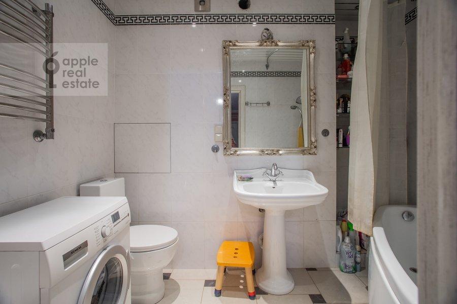 Bathroom of the 2-room apartment at prospekt Vernadskogo 27k1