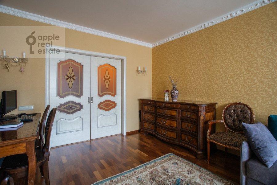 Living room of the 2-room apartment at prospekt Vernadskogo 27k1