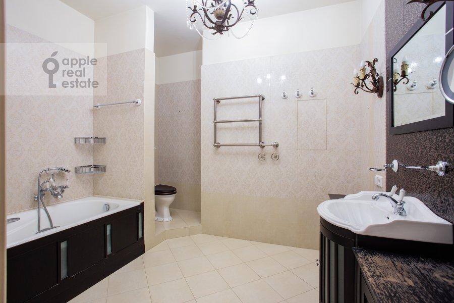 Bathroom of the 4-room apartment at Raspletina ul. 22k2