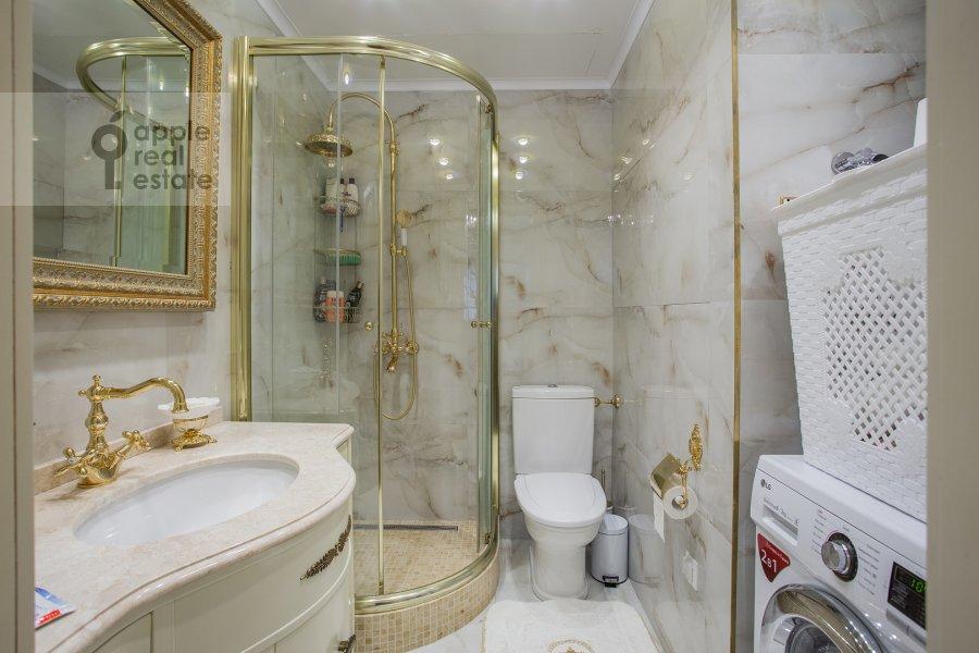 Bathroom of the 4-room apartment at Davydkovskaya ulitsa 3