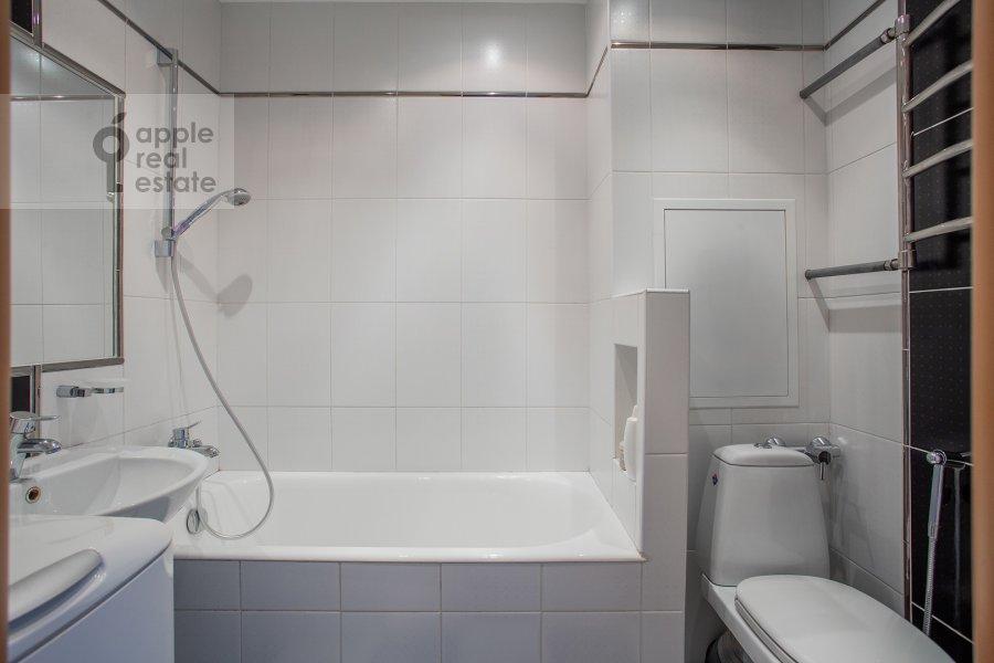 Bathroom of the 2-room apartment at Miklukho-Maklaya 51/1
