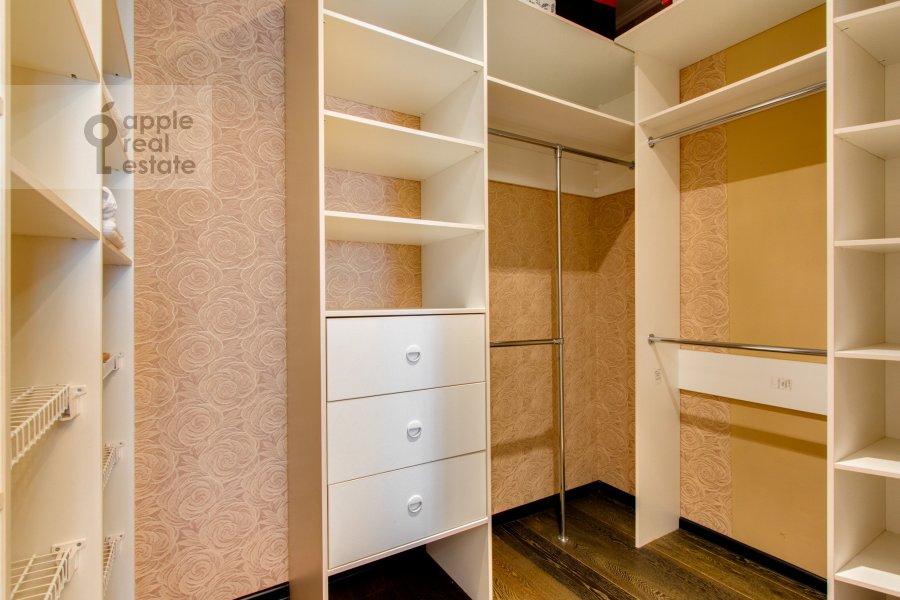 Гардеробная комната / Постирочная комната / Кладовая комната в 4-комнатной квартире по адресу Карамышевская набережная 48к2