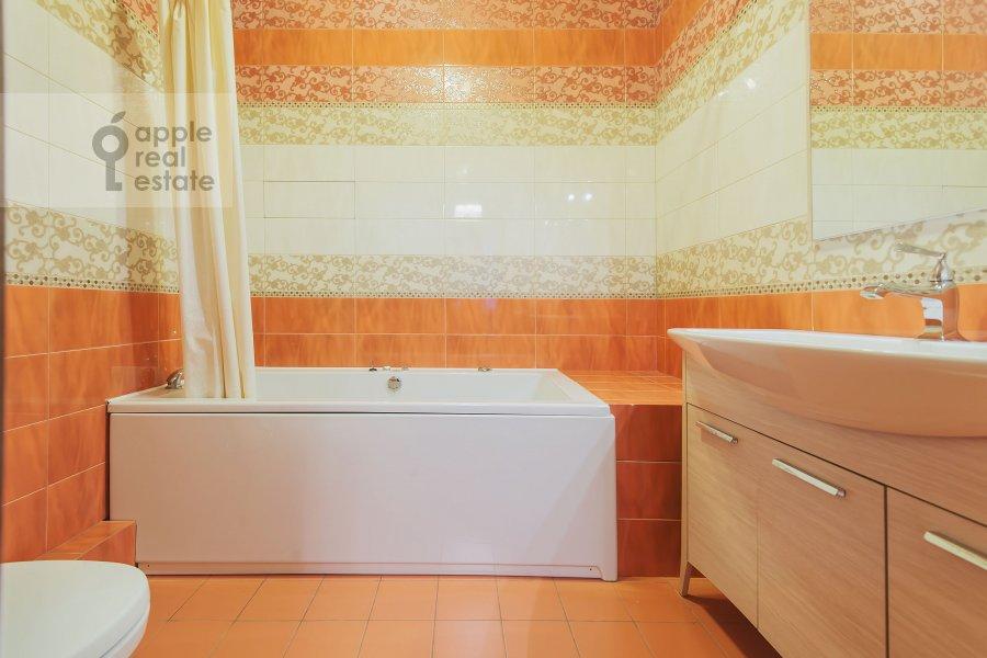 Bathroom of the 3-room apartment at Marshala Sokolovskogo ul. 5