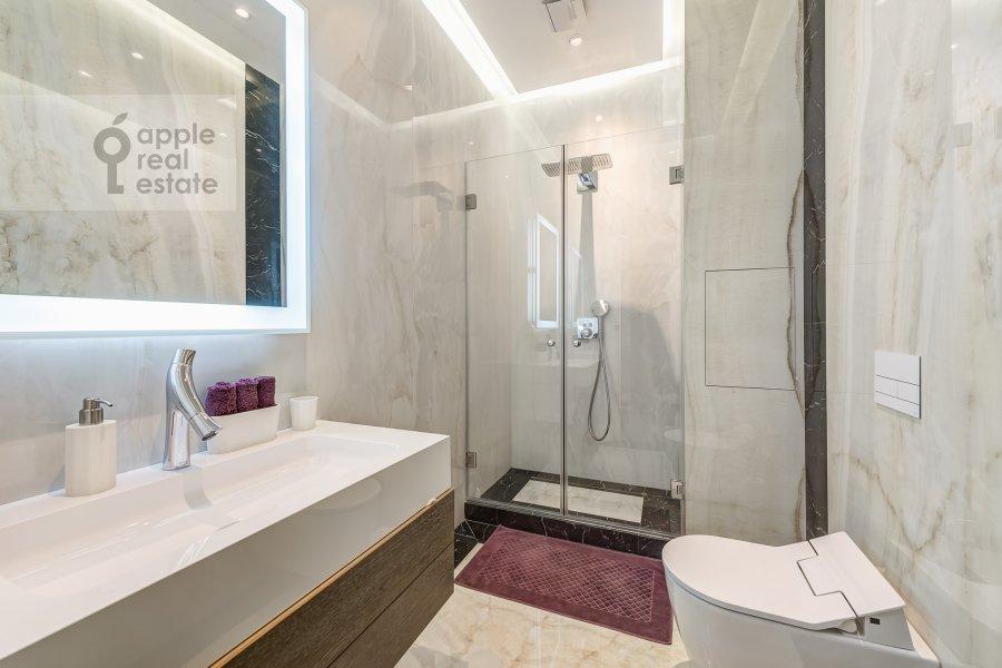Bathroom of the 5-room apartment at Prechistenka ul. 27