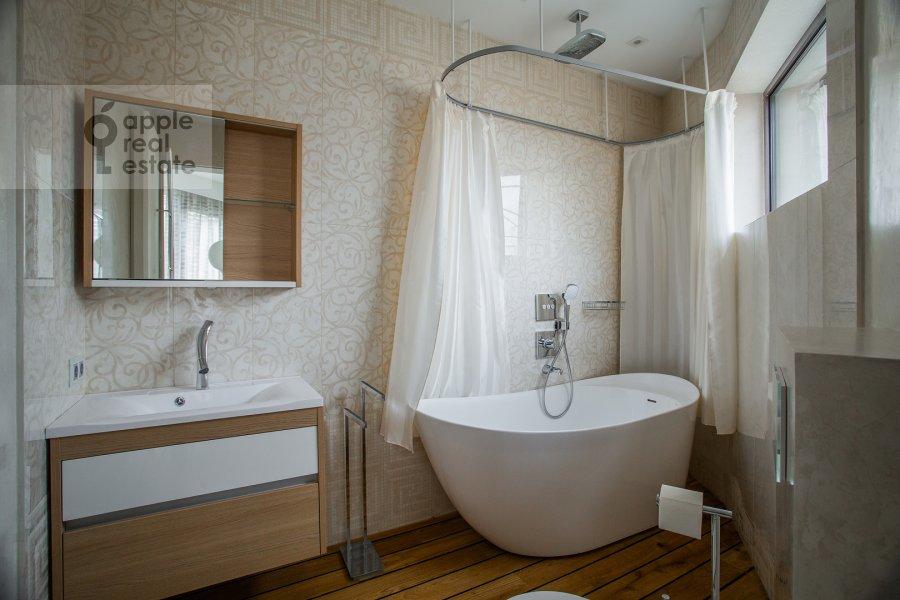 Bathroom of the 6-room apartment at Prechistenka ul. 27