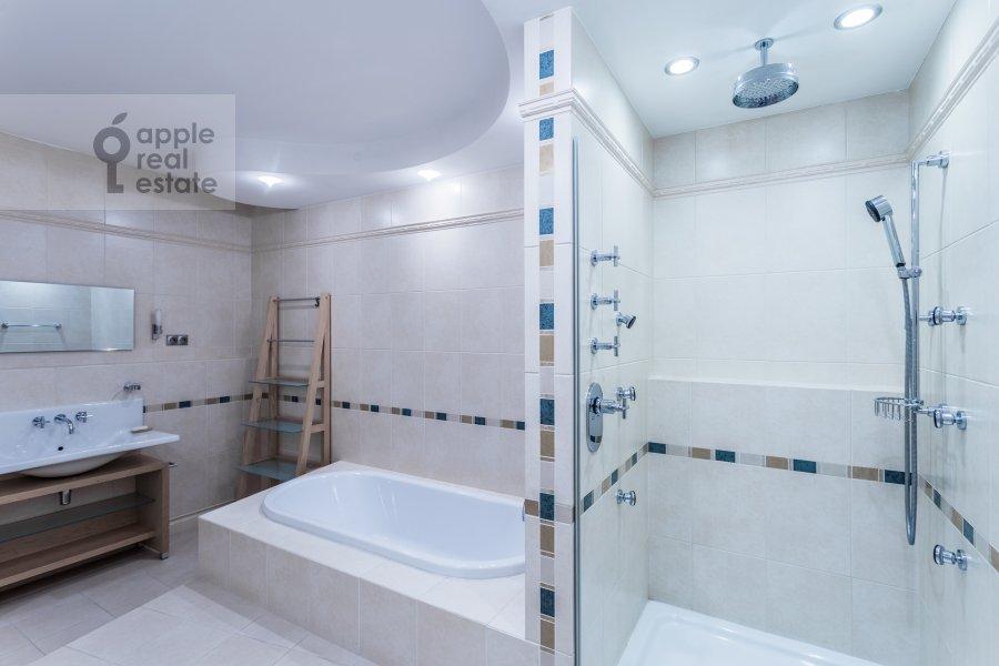 Bathroom of the 4-room apartment at Marshala Biryuzova 32k1