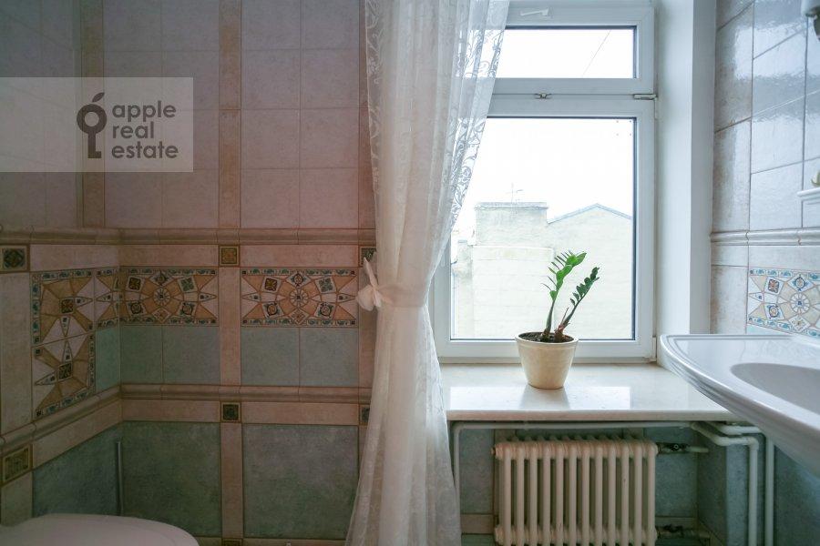 Bathroom of the 3-room apartment at Rozhdestvenskiy bul'v. 17