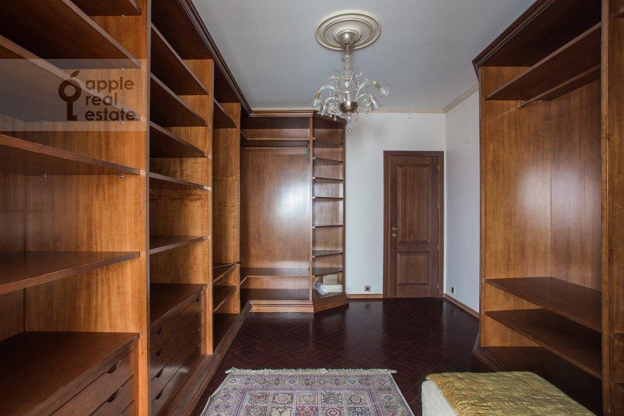 Гардеробная комната / Постирочная комната / Кладовая комната в 6-комнатной квартире по адресу Академика Пилюгина 24к1
