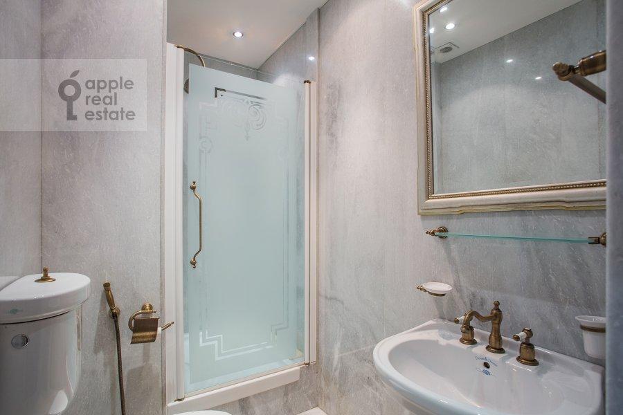 Bathroom of the 6-room apartment at Akademika Pilyugina 24k1