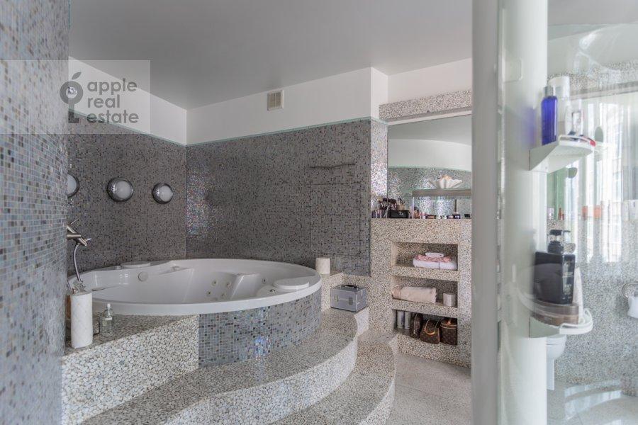 Bathroom of the 5-room apartment at Plyushiikha ul. 22