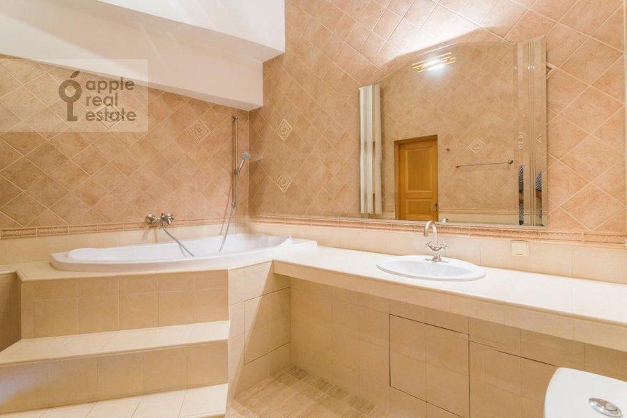 Bathroom of the 4-room apartment at Spiridonovka 36s1