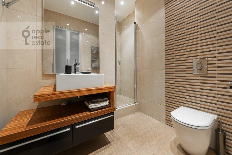 Bathroom of the 4-room apartment at Mosfil'movskaya ulitsa 70k3