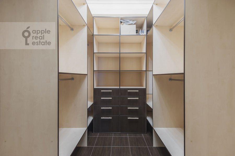 Гардеробная комната / Постирочная комната / Кладовая комната в 2-комнатной квартире по адресу Профсоюзная улица 96