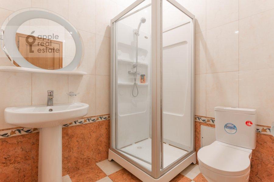 Санузел в 5-комнатной квартире по адресу Серафимовича ул. 2