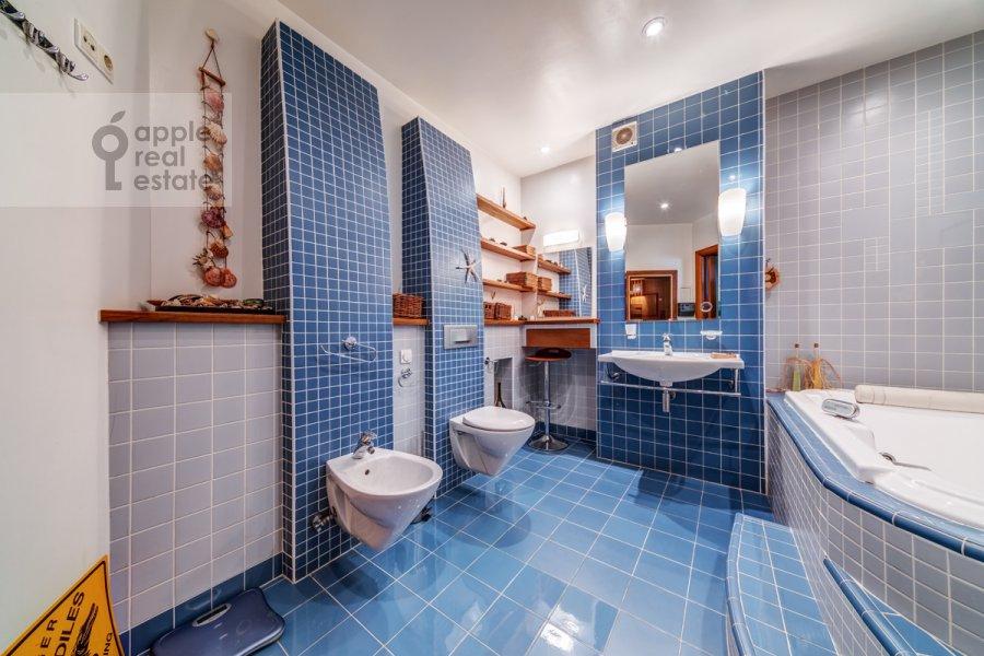 Bathroom of the 3-room apartment at Slesarnyy per. 3
