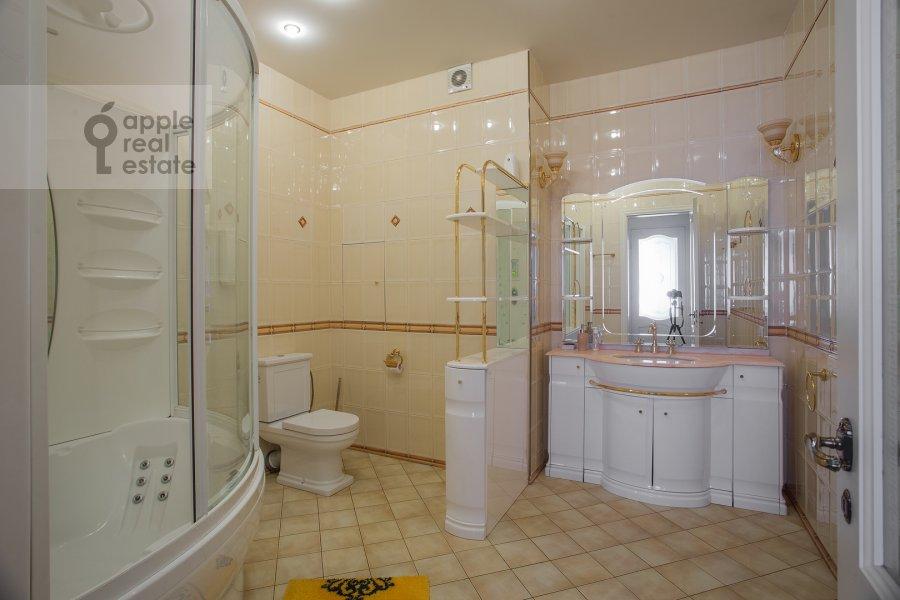 Bathroom of the 3-room apartment at Beregovaya ul. 8k1