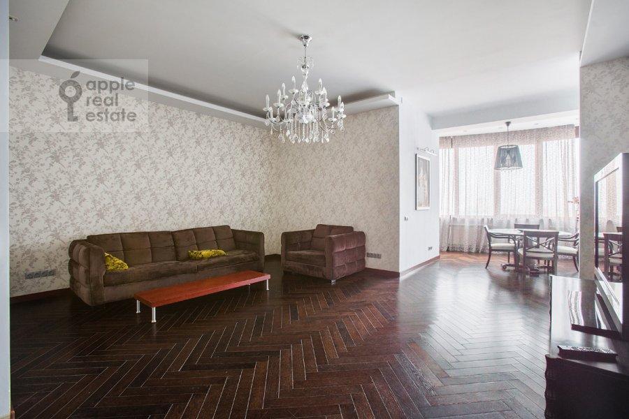 Living room of the 4-room apartment at Oktyabr'skiy pereulok 5