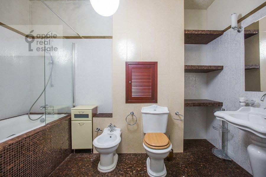 Bathroom of the 4-room apartment at Oktyabr'skiy pereulok 5