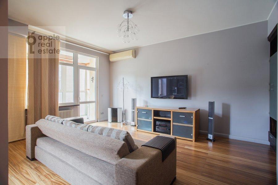Living room of the 3-room apartment at Gilyarovskogo 50