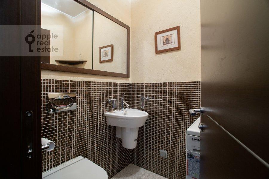Bathroom of the 3-room apartment at Gilyarovskogo 50