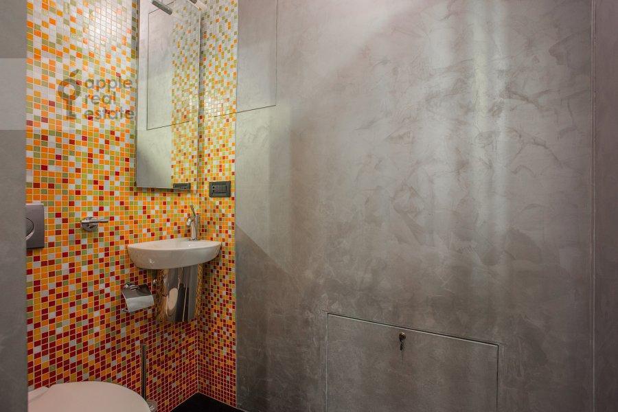 Bathroom of the 4-room apartment at Bol'shoy Golovin pereulok 2