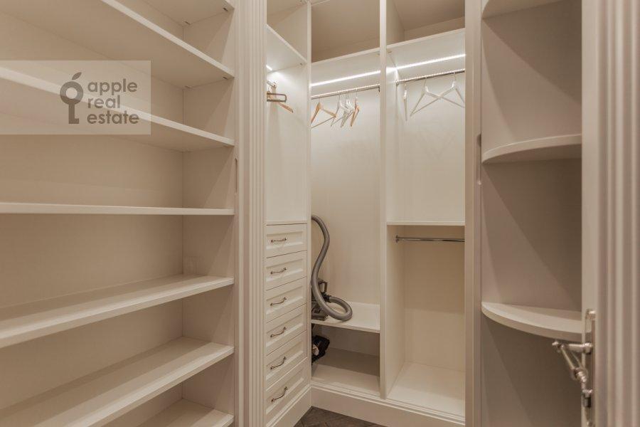 Walk-in closet / Laundry room / Storage room of the 4-room apartment at Novyy Arbat ul. 27