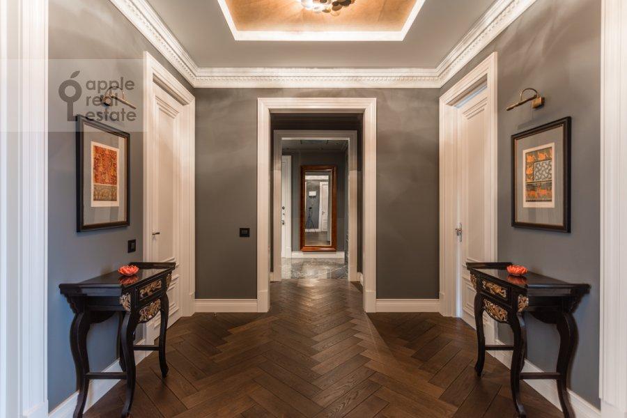 Corridor of the 4-room apartment at Novyy Arbat ul. 27