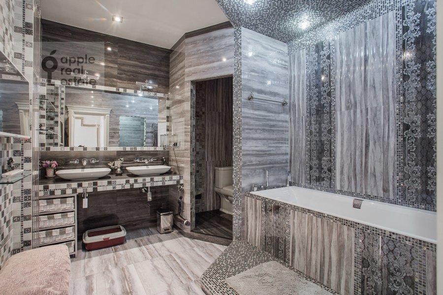 Bathroom of the 5-room apartment at Tverskaya ulitsa 27s1