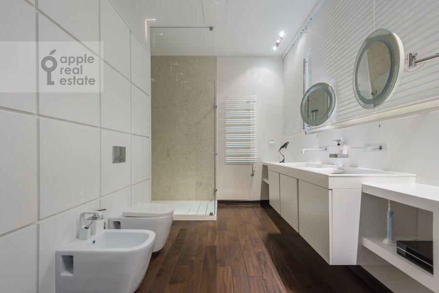 Bathroom of the 4-room apartment at Bryusov pereulok 19