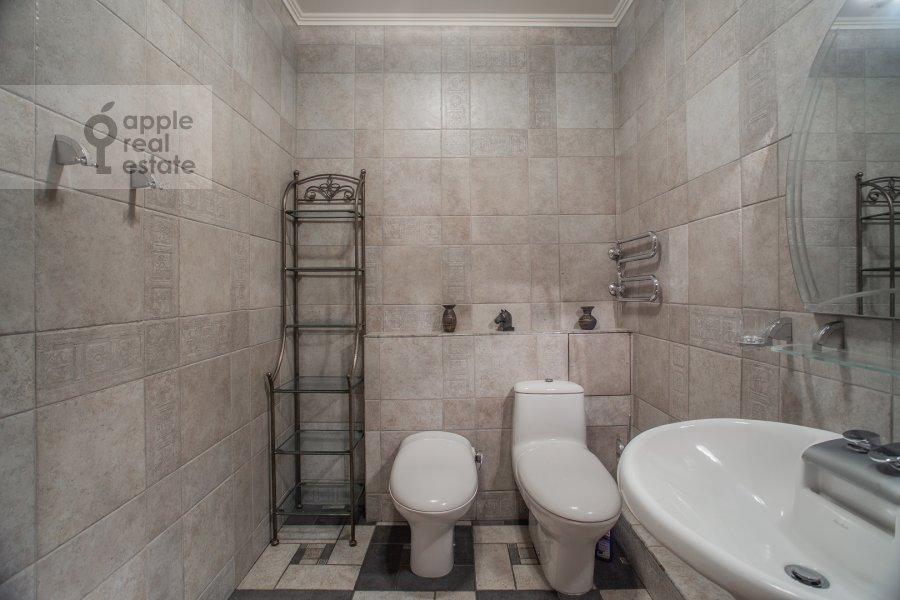 Bathroom of the 4-room apartment at 3-ya Tverskaya-Yamskaya ulitsa 44