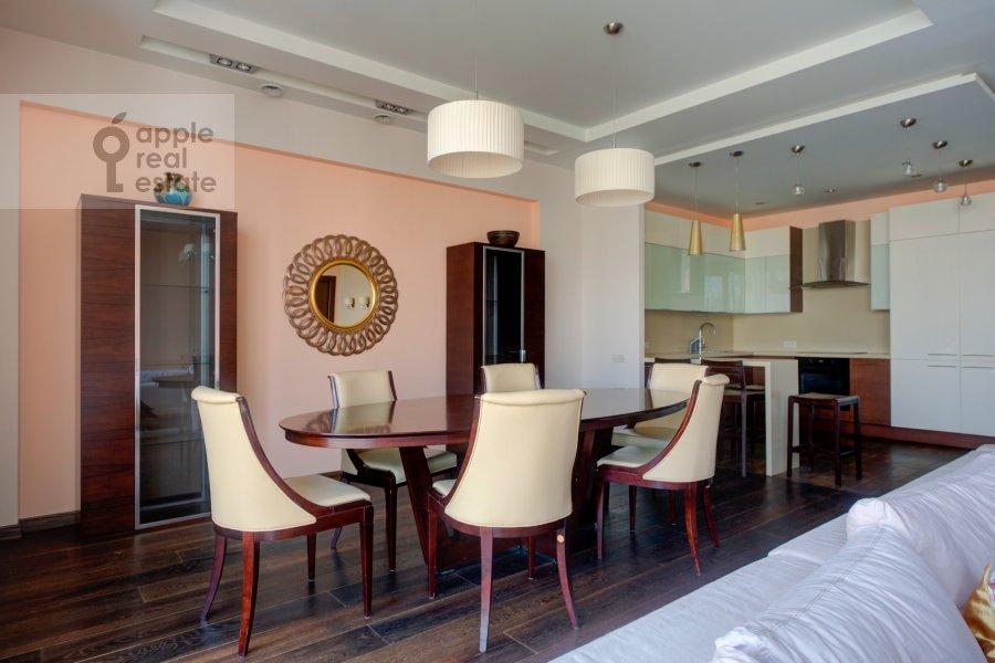 Гостиная в 4-комнатной квартире по адресу Тихвинская ул. 39
