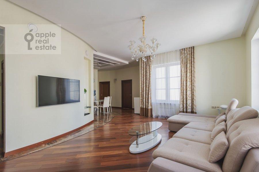 Living room of the 4-room apartment at Mytnaya ulitsa 7s1