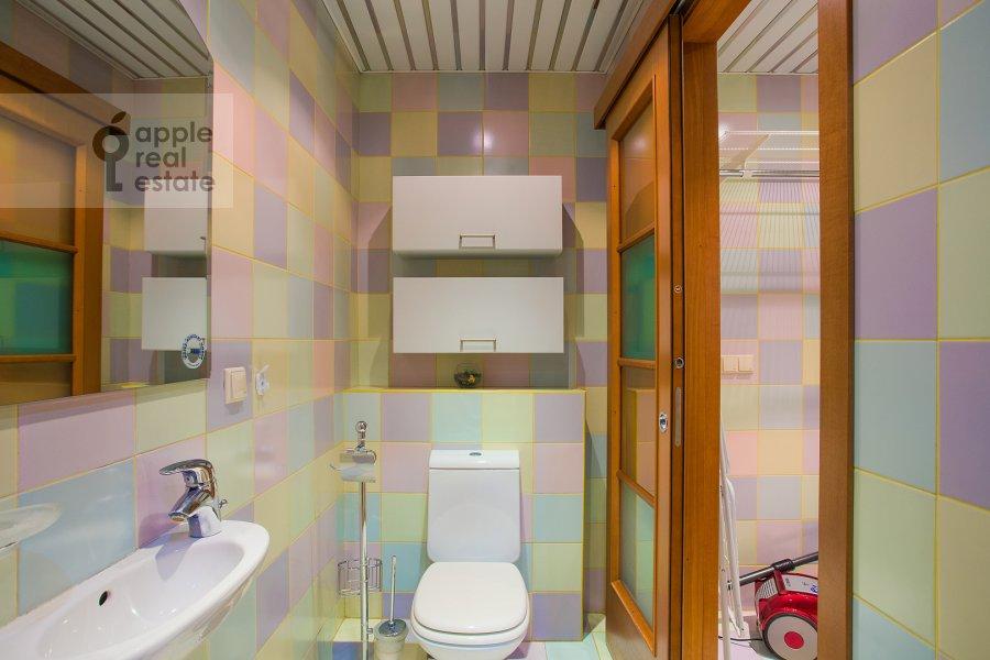 Bathroom of the 4-room apartment at Aviatsionnaya ulitsa 79V