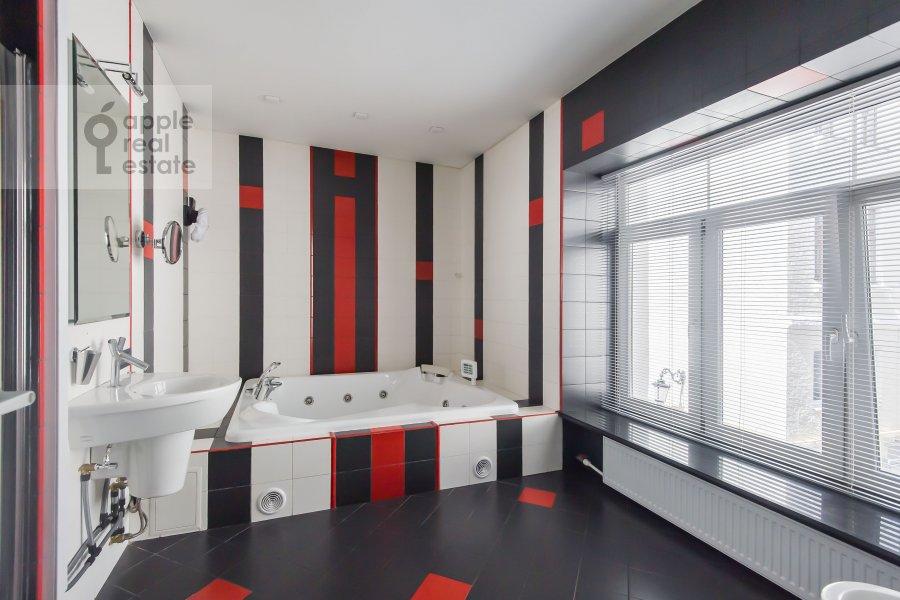 Bathroom of the 2-room apartment at Podkopaevskiy pereulok 8/13/5