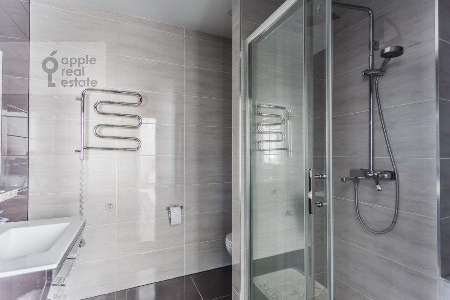 Bathroom of the studio apartment at Mosfil'movskaya ulitsa 88k2s7
