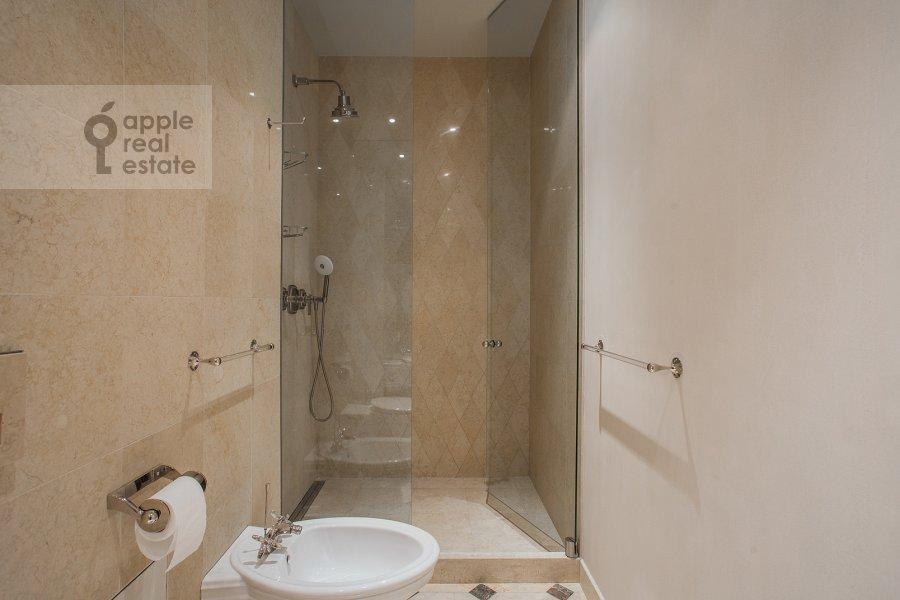 Bathroom of the 4-room apartment at Savvinskaya nab. 9