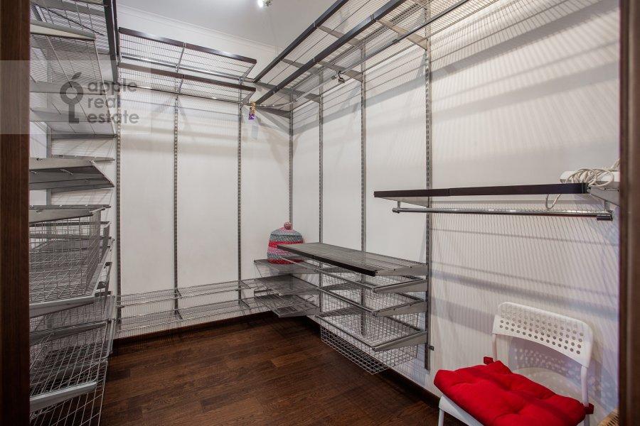 Гардеробная комната / Постирочная комната / Кладовая комната в 4-комнатной квартире по адресу Филевский бульвар 24к3