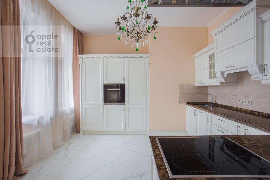Кухня в 5-комнатной квартире по адресу Лаврушинский пер. 11к1